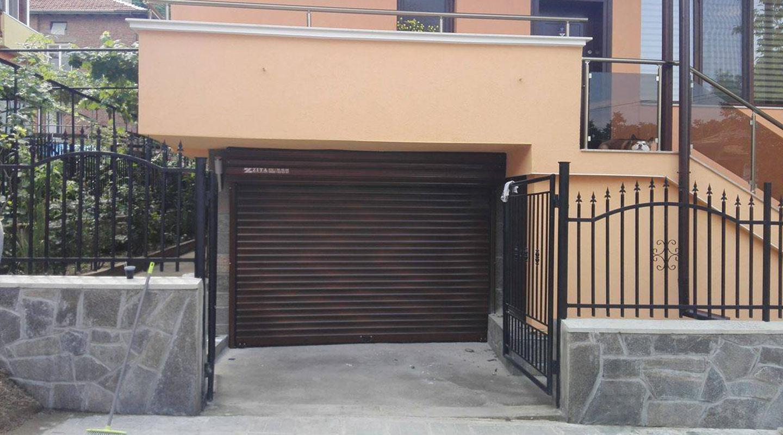 Гаражна ролетна врата